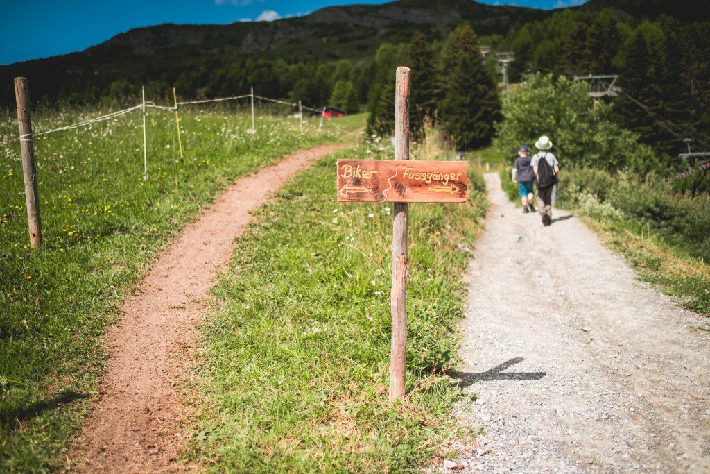 Getrennte Wege im Grünen für Biker und Fußgänger im Bike Kingdom Lenzerheide