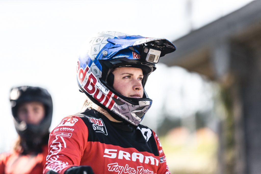 konzentrierte Valentina Hoell in Rennkleidung mit Helm von Red Bull