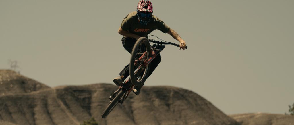 Tomas Lemoine springt in der kargen Landschaft mit seinem Bike von einem großen Kicker