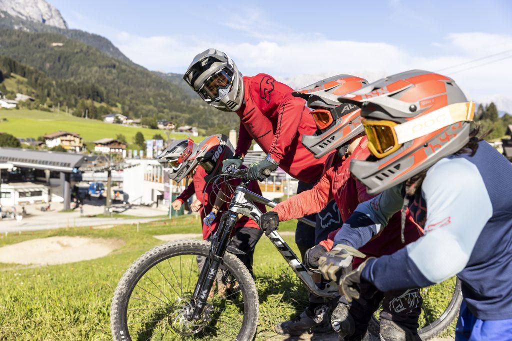 Kids im Riders Playground mit einem Coach in Saalfelden Leogang am Verbessern ihrer Bike-Position