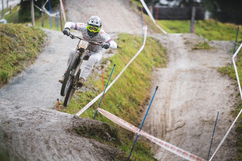 Reece Wilson aus Großbritannien springt über den Kicker auf der Downhill-Strecke in Saalfelden Leogang
