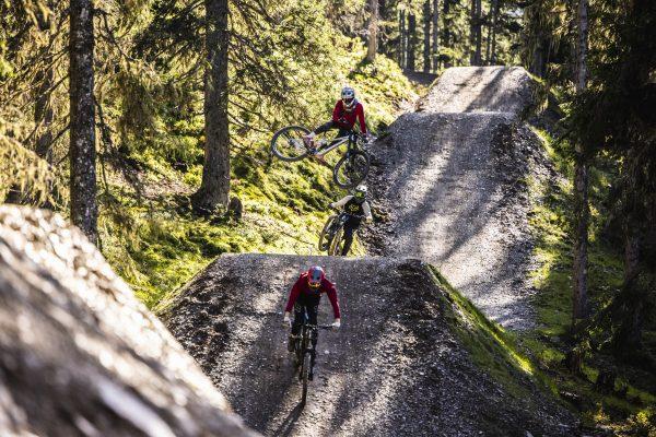 Rider nehme große Jumps auf Hot Shots fired by GoPro line ©Klemens König